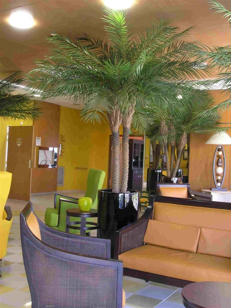 REF.PALM3-CM90Bouquet de 3 palmiers phoenix ; Tronc en fibre de verre feuillage tergal Dans poterie ceramique émaillée hauteur de l'ensemble 2m40m mise en place à l'accueil d'une résidence pour personnes agées<br />